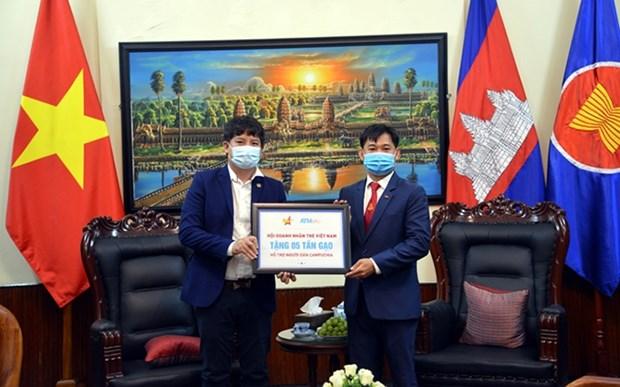 Jovenes empresarios de Vietnam apoyan a camboyanos en lucha contra COVID-19 hinh anh 1