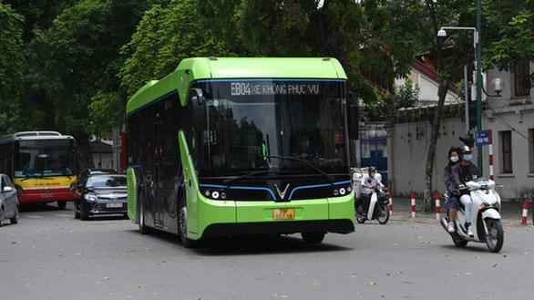 Hanoi realiza prueba de funcionamiento de autobuses electricos vietnamitas VinBus hinh anh 1