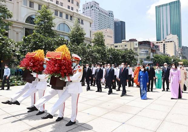 Rinden homenaje al Presidente Ho Chi Minh hinh anh 2