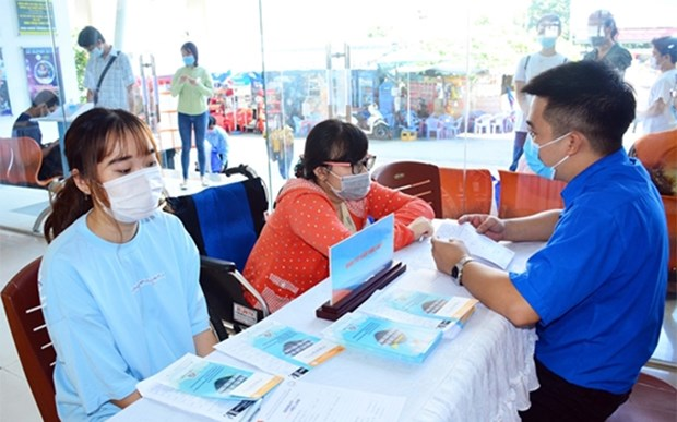 Prestan asistencia a trabajadores vietnamitas afectados por el COVID-19 hinh anh 1