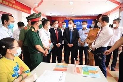 Supervisa presidente del Parlamento vietnamita jornada electoral hinh anh 2