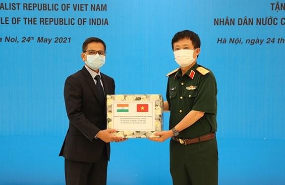 Ministerio de Defensa de Vietnam dona suministros medicos a la India hinh anh 1
