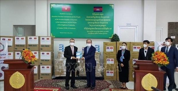 Camboya recibe suministros medicos de Vietnam para enfrentar el COVID-19 hinh anh 1