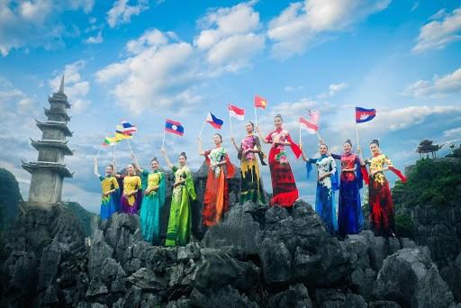 Disenador lleva flores nacionales del Sudeste Asiatico al Ao dai hinh anh 1