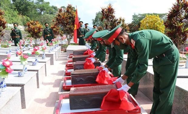 Repatrian restos de martires vietnamitas caidos en Laos hinh anh 1