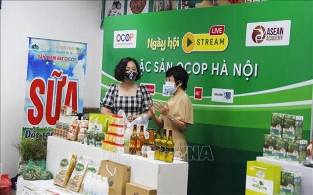 Efectuan primera transmision en vivo para divulgar productos OCOP Hanoi hinh anh 1
