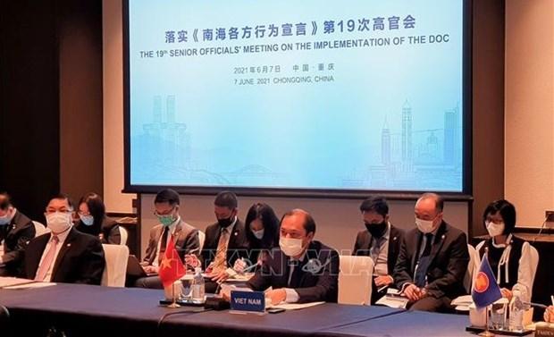 ASEAN y China debaten temas sobre el Mar del Este hinh anh 1