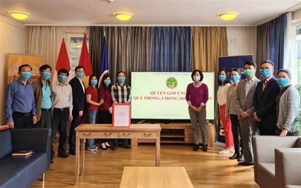 Vietnamitas en Suiza realizan donativos para lucha contra COVID-19 hinh anh 1