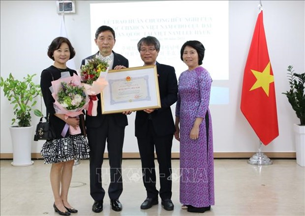 Otorgan medalla de amistad a exembajador surcoreano en Vietnam hinh anh 1
