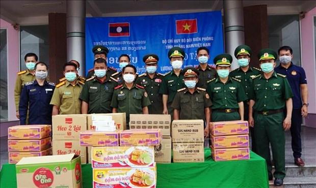 Vietnam dona alimentos, equipos y suministros medicos a guardia fronteriza de Laos hinh anh 1