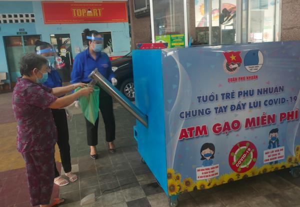 """""""Cajero automatico de arroz"""", de vuelta a Ciudad Ho Chi Minh para apoyar a desfavorecidos hinh anh 1"""