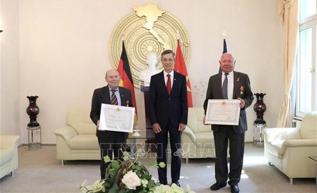 Condecoran con distinciones de Vietnam a amigos alemanes hinh anh 1