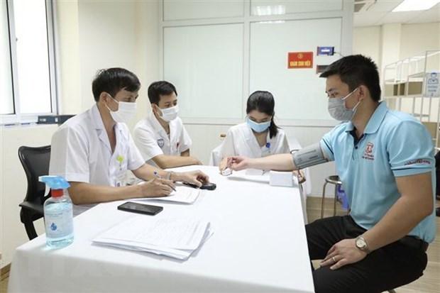 Mas de 240 voluntarios reciben inyeccion de vacuna vietnamita Nano Covax contra COVID-19 hinh anh 1