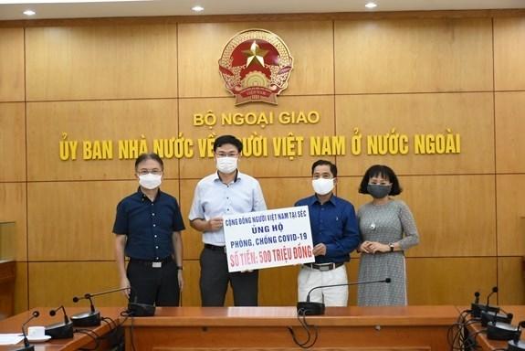 Vietnamitas en Europa brindan apoyo al Fondo Nacional de vacunas contra COVID-19 hinh anh 1
