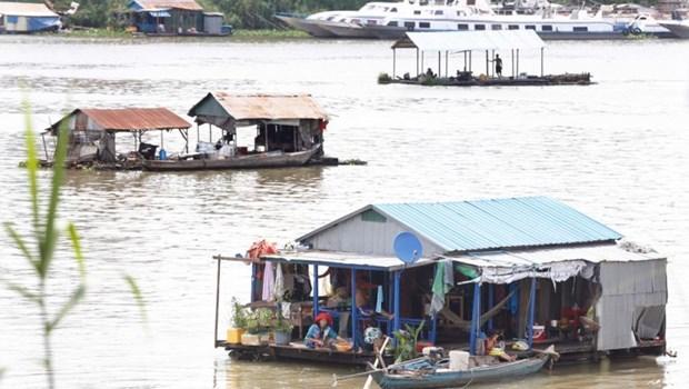 Cumplen residentes del origen vietnamita en Camboya reubicacion de casas flotantes en rio Tonle Sap hinh anh 1
