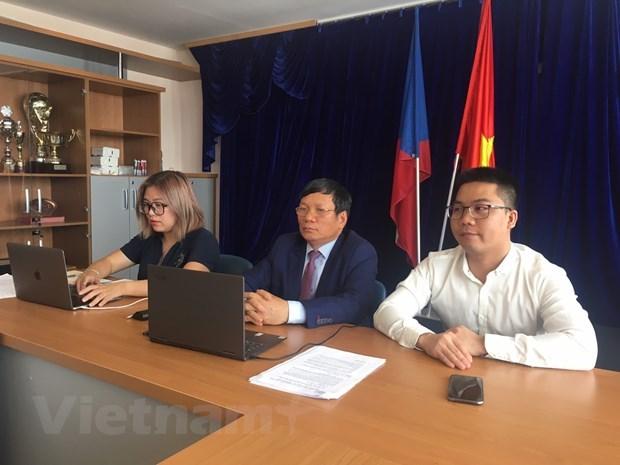 Jovenes vietnamitas en Europea ansiosos por contribuir al progreso de Patria hinh anh 1
