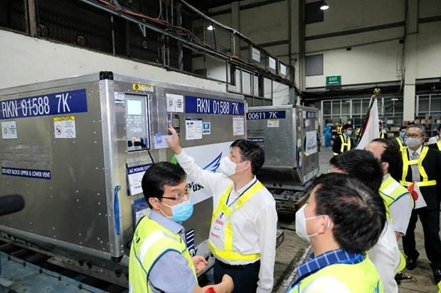Llegan a Vietnam desde Japon casi un millon de dosis de vacuna contra el COVID-19 hinh anh 2