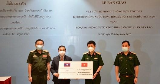 Ministerio de Defensa de Vietnam obsequia suministros medicos a Laos hinh anh 1