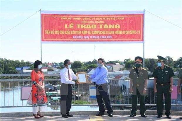 Provincia de Soc Trang apoya a la comunidad jemer vietnamita en Camboya hinh anh 1