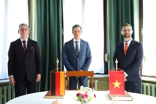 Vietnam promueve la cooperacion con Alemania en el sector de salud hinh anh 1
