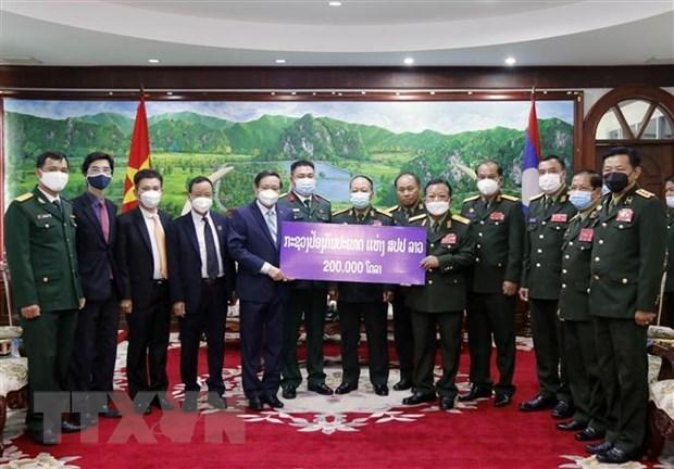 Ministerio de Defensa de Laos apoya el Fondo de Control de COVID-19 de Vietnam hinh anh 1