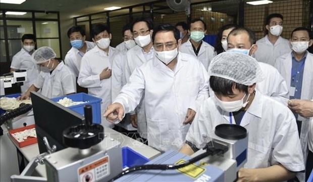 Primer ministro de Vietnam insta a acelerar la produccion de vacuna contra el COVID-19 hinh anh 2