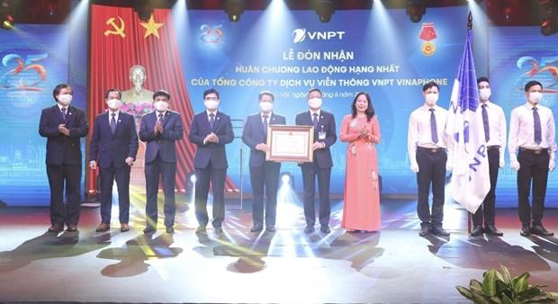 Condecoran al primer operador movil vietnamita con orden nacional hinh anh 1