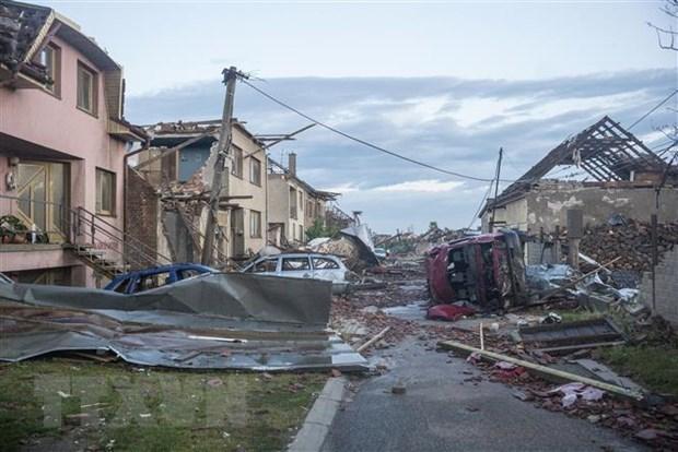 Embajada de Vietnam apoya a coterraneos afectados por tornado en Republica Checa hinh anh 1