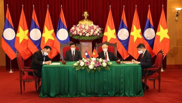 Maximos dirigentes de Vietnam y Laos asisten a firma de documentos de cooperacion bilateral hinh anh 1