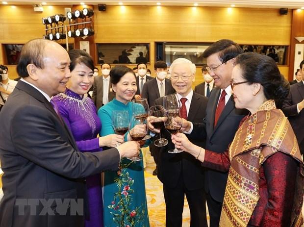 Premier de Vietnam conversa con maximo dirigente de Laos hinh anh 2