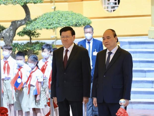 Prensa laosiana destaca visita a Vietnam de su maximo dirigente hinh anh 2