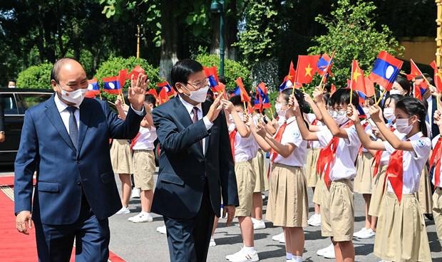 Prensa laosiana destaca visita a Vietnam de su maximo dirigente hinh anh 1