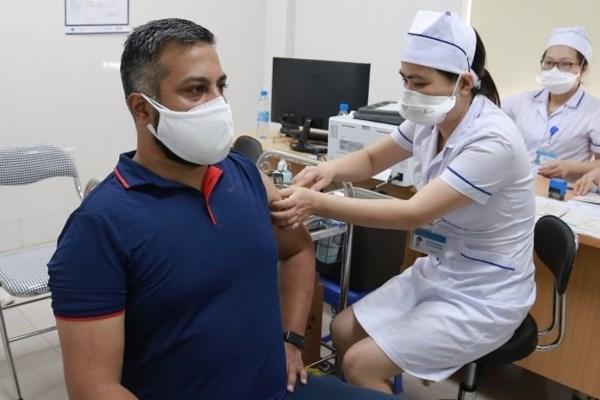 Inyectan vacuna contra el COVID-19 para corresponsales extranjeros en Vietnam hinh anh 1