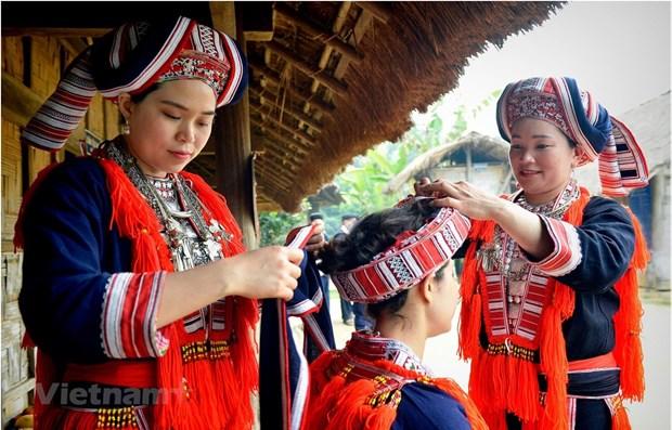Visitan mercado rural en la Aldea de Cultura y Turismo de Etnias Minoritarias de Vietnam hinh anh 1