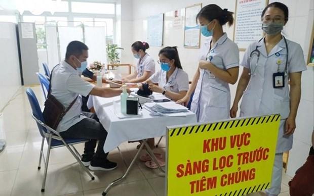 Trabajadores del turismo en provincia vietnamita reciben vacunas contra COVID-19 hinh anh 1