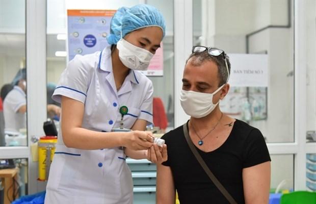 Ciudad Ho Chi Minh por vacunar a extranjeros contra el COVID-19 hinh anh 1