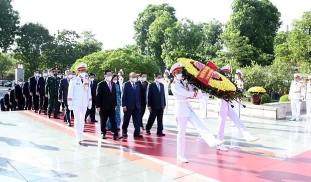 Dirigentes vietnamitas del Partido y el Estado rinden homenaje a heroes nacionales hinh anh 1