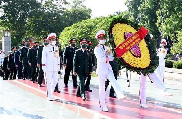 Dirigentes vietnamitas del Partido y el Estado rinden homenaje a heroes nacionales hinh anh 2