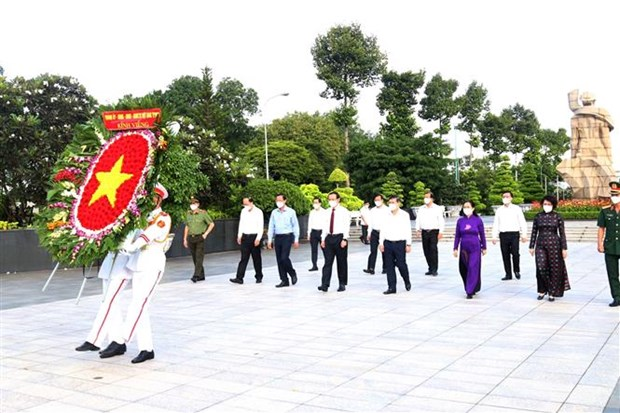 Dirigentes de Ciudad Ho Chi Minh rinden homenaje a los martires nacionales hinh anh 1