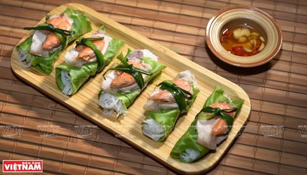 Rollitos frescos con arroz fermentado, camaron y carne, plato delicioso de Hanoi hinh anh 3
