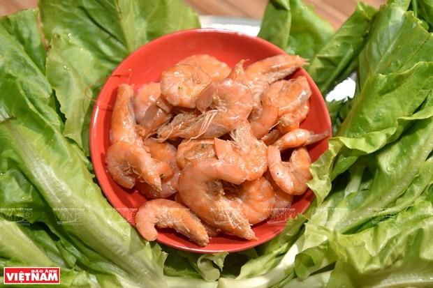 Rollitos frescos con arroz fermentado, camaron y carne, plato delicioso de Hanoi hinh anh 1