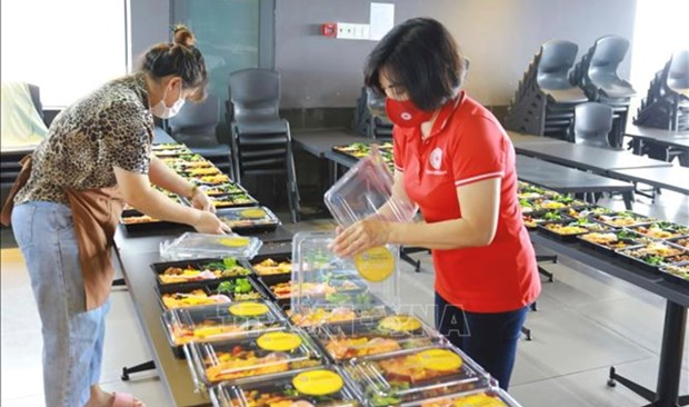 Brindan millones de porciones de comida a localidades vietnamitas en medio del COVID-19 hinh anh 1