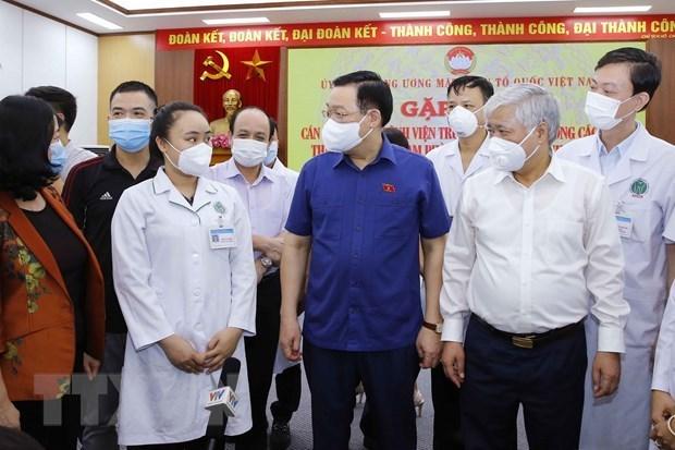 Presidente del Parlamento destaca aportes de personal medico y voluntarios a lucha contra el COVID-19 hinh anh 1
