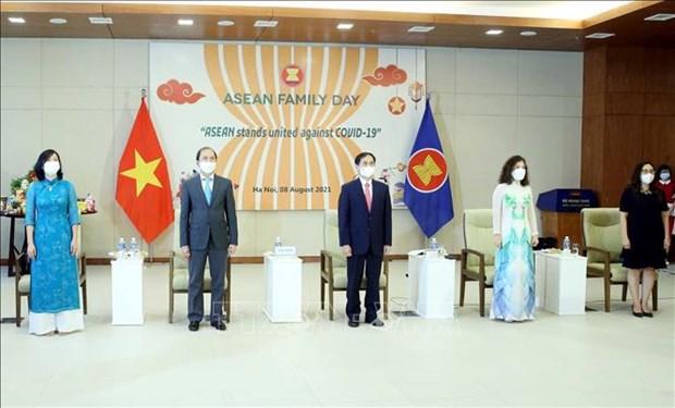 Celebran en Hanoi acto de saludo a bandera de ASEAN hinh anh 1