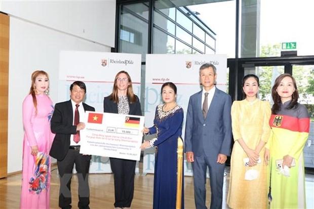 Vietnamitas recaudan fondo para apoyar a personas afectadas por inundaciones en Alemania hinh anh 1