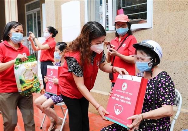 Apoya Cruz Roja de Hanoi a residentes con dificultades economicas hinh anh 1