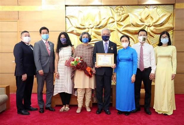 Confieren medalla conmemorativa a coordinador residente de la ONU en Vietnam hinh anh 2
