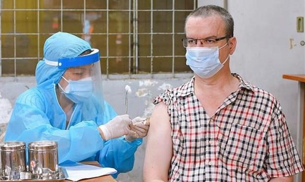 Intensifica Ciudad Ho Chi Minh vacunacion contra el COVID-19 a extranjeros hinh anh 1