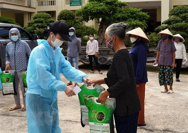Residentes en Hanoi refuerzan combate contra el COVID-19 hinh anh 1