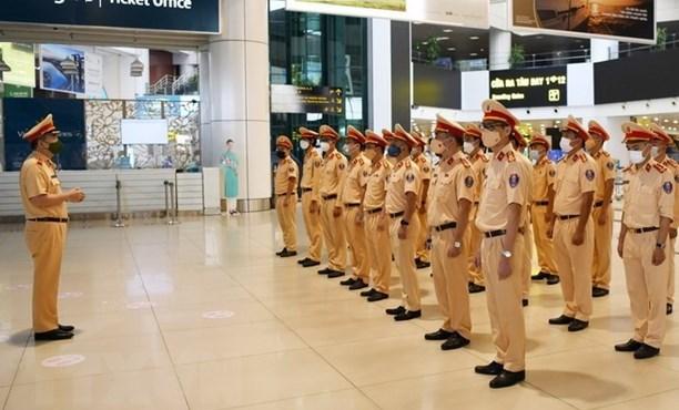 Fuerzas policiacas vietnamitas redoblan apoyo a lucha antipandemica hinh anh 1